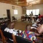 La chargée de programme présentant les résultats et perspectives du ProFAEB aux Conseillers Communaux de Matéri